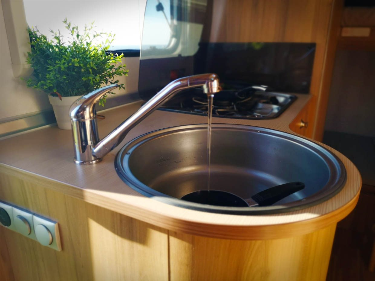 Bruni sink running water
